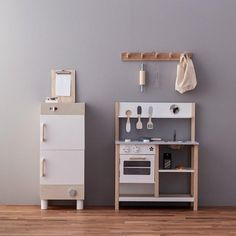 Allow your little one to have hours of imaginative play with our wide range of toy kitchens. Our play kitchens at Scandiborn are in all different sizes and styles.