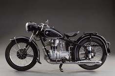 Vintage Motorcycles Better known for twins, the BMW with its single carried the company to prosperity. - Better known for twins, the BMW with its single carried the company to prosperity. Motos Bmw, Bmw Motorbikes, Motos Vintage, Bmw Vintage, Vintage Bikes, Bmw Cafe Racer, Bmw Classic Cars, Classic Bikes, Classic Motorcycle