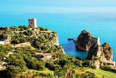 """La #Sicile est une magnifique île située au carrefour de trois mers, surnomée la """"Perle de la Méditerranée"""", vous séduira par ses merveilles. Entre plages aux eaux limpides, petites îles paradisiaques et volcans majestueux : découvrez une nature d'une diversité surprenante. La Sicile ne compte pas moins de 6 sites classés au patrimoine mondial de l'UNESCO. Parmi eux : L'Etna et son parc, l'une des plus vastes zones protégées d'Italie."""