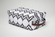 (hammocksandhightea) | DIY: http://www.purlbee.com/zippered-dopp-kit/ | DIY 2: http://www.sew4home.com/projects/storage-solutions/travel-accessories-cosmetics-toiletries-case