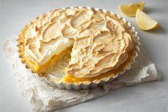 Sitruunapai ✦ Lemon Meringue Pie on englanninkielisen maailman suosikkileivonnainen. Kirpeä sitruunatäyte ja makea marenki sopivatkin hyvin yhteen. http://www.valio.fi/reseptit/sitruunapai/