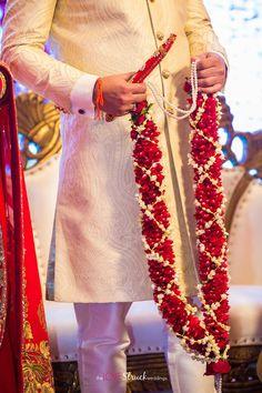 White and baby tuberose jaimalas ! Indian Wedding Flowers, Bridal Hairstyle Indian Wedding, Flower Garland Wedding, Rose Garland, Wedding Garlands, Desi Wedding Decor, Wedding Mandap, Wedding Stage Decorations, Bridal Chura