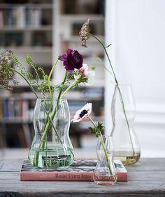 Ein üppiger Strauß braucht eine üppige Vase, allein schon für genügend Wasser und einen sicheren Stand. Lockere Sträuße und einzelne Blüten sehen auch in zierlichen Vasen oder rustikalen Krügen hübsch aus. Wer seine Vasensammlung zur Geltung bringen möchte, der stellt nur wenige Blumen in jedes Behältnis – so rückt das Vasendesign in den Mittelpunkt.