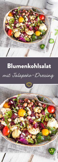 Eine bunte Salatschüssel voll gesunder Zutaten: gerösteter Blumenkohl, roter Quinoa, Rucola, Kichererbsen, Rote Bete und Kirschtomaten sei dank!