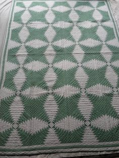 Antique Quilt Pineapple Log Cabin Early 1900s Green and White Quilt