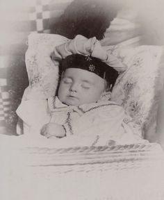 CAB-SLEEPING-BABY-deceased-little-child-POST-MORTEM-Germany-c-1900