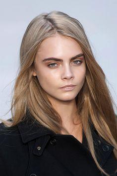 Le blond foncé cendré de Cara Delevingne