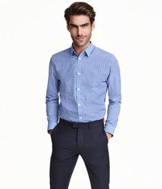 Een overhemd met lange mouwen, een turndown kraag en coupenaden achter voor een getailleerde pasvorm. Slim fit. Het model heeft een easy iron-behandeling ondergaan.