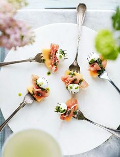 Snabbt och enkelt tilltugg med prosciutto, melon och minimozzarella. Servera på en gaffel.