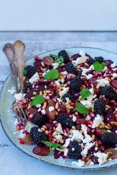 Rødbedesalat med friske brombær og brombærvinaigrette - Julie Bruun Skinny Recipes, Healthy Recipes, Healthy Food, Waldorf Salat, Danishes, Something Sweet, Superfood, Fruit Salad, Feta