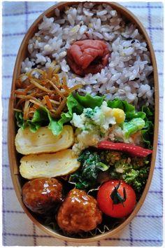 ミートボール弁当(わっぱ) | マーマレードキッチン♪ Lunch Box Bento, Japanese Bento Lunch Box, Japanese Food, Healthy Lunches For Work, Asian Recipes, Ethnic Recipes, Food Inspiration, Food And Drink, Cooking Recipes