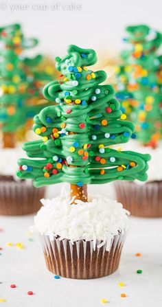 How to make easy Christmas Tree Cupcakes using Pretzels! So fun! – Your Cup of Cake How to make easy Christmas Tree Cupcakes using Pretzels! So fun! How to make easy Christmas Tree Cupcakes using Pretzels! So fun! Christmas Potluck, Christmas Deserts, Christmas Party Food, Christmas Cooking, Christmas Goodies, Christmas Christmas, Christmas Pretzels, Xmas, Christmas Pudding