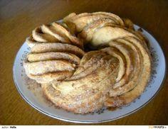 Do trochy vlažného mléka rozdrobíme kvasnice, osladíme, zasypeme lžící mouky a necháme asi 5-10 minut vzejít kvásek. Pak ho vlijeme do mouky ... Bagel, Cake Recipes, French Toast, Cheesecake, Food And Drink, Bread, Breakfast, Basket, Morning Coffee