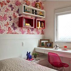 Quarto de menina, destaque para a parede revestida por tecido com estampa da Farm e para a composição dos nichos, lindo, lindo, lindo!!!! Projeto by @patriciapasquinidesigner #decor #bedroom #quarto #instagirl #girls #kids #farm #tecido #instadesign #architect #amazing #beautiful #blogger #arquiteta #interiores #instabest #instadica #instagood #love #pink #instablogger #photo #archdecor #decoração #decora #produção #fabiarquiteta