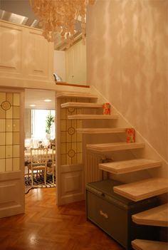 La scala in pietra, a sbalzo, è stata progettata per sembrare sospesa. #stairs  #dandainteriors