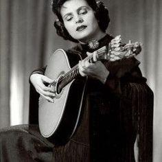 Amalia Rodrigues : the most famous Fado singer. Portuguese Wedding, Portuguese Culture, Brazilian Women, Guitar Girl, My Heritage, Female Singers, Lisbon, My Music, Pin Up Cartoons