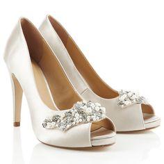Die wohl schönsten Brautschuhe für die Hochzeitssaison! #bride #bridalshoes