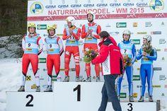 Der Steirische Landeshauptman Franz Voves gratuliert bei der Flower Power Zeremonie den erfolgreichen Rodlern.