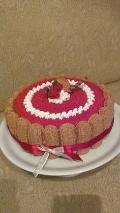 scatola porta biscotti o cioccolatini a forma di charlotte fragole e panna , realizzata all'uncinetto