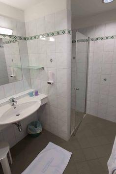 In unserer Suite haben Sie ein wunderschönes Badezimmer für Ihre tägliche Routine.  🤗  #angererhof Das Hotel, Alcove, Routine, Bathtub, Bathroom, Full Bath, Bathing, Vacation, Nice Asses
