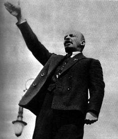Vladimir Lenin (Geboren op 22 april 1870, Simbirsk) was een Russisch revolutionair. Eerst was hij verbannen uit Rusland en zat dus in Duitsland. Duitsland gaf hem veel geld mee voor een revolutie. Deze revolutie wordt de oktoberrevolutie genoemd. Lenin was een voorstander van het communisme en grijpt nadat de voorlopige regering is afgezet de macht. Hij was de eerste leider van de Sovjet-Unie en wordt gezien als de grondlegger van het communisme in Rusland.
