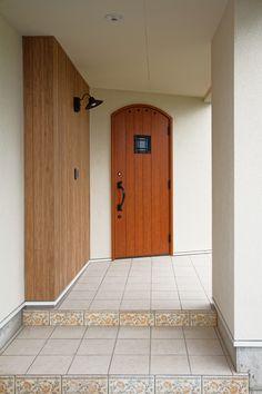 玄関にはアールドアを採用。階段の側面にもアクセントタイルを施工させて頂いております。