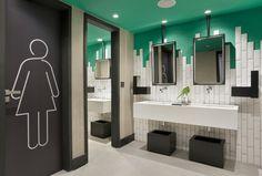 Gosta de Arquitetura Comercial? Vem ver a decoração e projeto do Hotel Yoo2, no Rio de Janeiro. A cor verde em contraste com os azulejos brancos deixou o banheiro bem moderno e despojado.