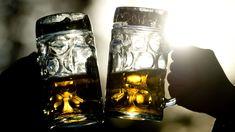 Zwei Personen stoßen bei Abendbeleuchtung mit Bierkrügen an. Best Dating Apps, Free Dating Sites, Dating Tips, Flirting Texts, Flirting Humor, Flirting Quotes, Man Humor, Girl Humor, Cute Boy Quotes