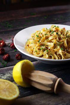 13. 5-Ingredient Spicy Garlic Pasta #easy #vegetarian #recipes http://greatist.com/eat/vegetarian-recipes-with-five-or-fewer-ingredients