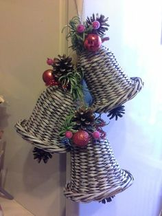 Scourge christmas bell made of paper tubes - itself the magician Christmas Baskets, Christmas Love, Christmas Balls, Christmas Wreaths, Christmas Ornaments, Newspaper Basket, Newspaper Crafts, Willow Weaving, Basket Weaving