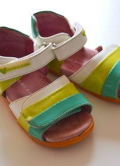 À vendre sur #vintedfrance ! http://www.vinted.fr/mode-enfants/filles-chaussures/23625554-sandales-verte-et-blanche-a-scratchs