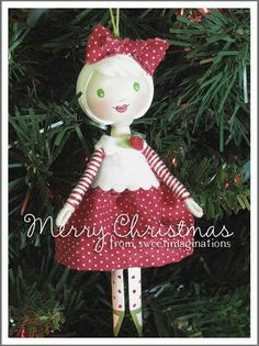 Beautiful Creations: Peg Dolls ❤ My Sweet Imaginations: December 2008 Tiny Dolls, Cute Dolls, Clothes Pin Ornaments, Clothespin Art, Wood Peg Dolls, Raggedy Ann, Little Doll, Doll Crafts, Doll Clothes Patterns