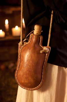 Canteen, Flask, Water Bottle, Leather Maybe using glass bottle can't be so bad Leather Tooling, Leather Bag, Sewing Leather, Crea Cuir, Diy Sac, Landsknecht, Leather Workshop, Leather Projects, Leather Crafts