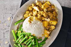 Homemade kip kerrie met ananas en amandelen Dutch Recipes, Cooking Recipes, Gado Gado, Atkins, Rice, Eggs, Yummy Food, Meat, Chicken
