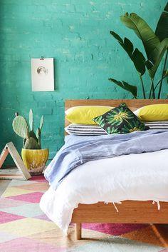 Décor do dia: quarta-feira de cores (Foto: reprodução) | Tropicalismos enfeitam o quarto pós-Carnaval.
