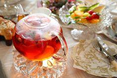 苺、キウイ、オレンジ、ぶどうなどお好みのフルーツをカットし紅茶を注ぎいれます。 フルーティーな香りと甘みが楽しめます。ポットウォーマーがあればしばらく温めて味をなじませても美味しいですよ。