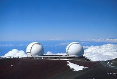 El telescopio Keck es el 3er telescopio óptico más grande del mundo. Se encuentra en el Observatorio Mauna Kea, situado cerca de la cima del volcán inactivo de Hawai del mismo nombre, a 4.205 m, lo que permite una excelente vista nocturna. Tiene 10 metros de diámetro, de espejo segmentado (36 espejos con un peso de 300 toneladas), instalado en la cima del volcán Mauna Kea, Hawai.   Entró en funcionamiento en 1990.