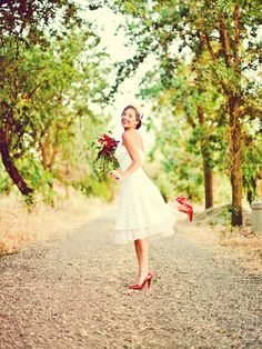 in love with this look, instead of red shoes i would have yellow though and my bouquet would be colorful wildflowers <3