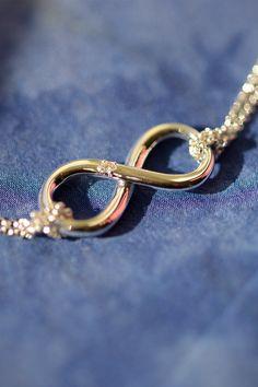 Jeden šperk dokáže povedať viac ako tisíc slov. Poďakujte vašej mame za všetko, čo vám v živote dala. A to tým najkrajším spôsobom - cez pravý šperk so symbolom nekonečna, ktorý vznikal pod rukami našich klenotníkov, s prírodným diamantom - jedinečným ako srdce vašej mamy. Briliantový naramok Cherish si môžete objednať online cez náš e-shop alebo si dohodnite termín obhliadky šperku v našej bratislavskej predajni na Dunajskej ulici, prípadne v novotvorenom klenotníckom štúdiu v Trenčíne. Infinity Symbol, Wedding Rings, Pure Products, Engagement Rings, Stylish, Bracelets, Jewelry, Diamond, Rings For Engagement