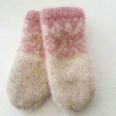 Da har det blitt et par tova barnevotter💗 jeg er i overkant glad i å strikke disse vottene, så det kommer garantert til å bli flere😉#tovedevotter #vottestrikk #strikkeglede #strikkedilla #sandnesgarn #fritidsgarn #mariusvotter #mariusstrikk #knitting #instaknitting #madebyme #DIY