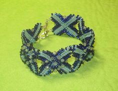 Make an absolutely beautiful wreath from pinecones, and other odds and ends… Diy Jewelry Videos, Jewelry Crafts, Bracelet Patterns, Beading Patterns, Free Beading Tutorials, O Beads, Beaded Bracelets Tutorial, Beaded Jewelry Designs, Beaded Rings
