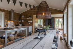 Inspirasjon til hytta! Italian Home Decor, Cottage Renovation, Dere, Getaway Cabins, Cabin Kitchens, Cottage Interiors, Cottage Design, House Layouts, House In The Woods