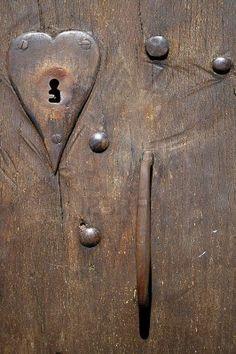 Close-up fragmento de la antigua puerta con cerradura de bloqueo