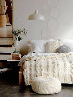-Deite na sua cama com uma camisola (ou camiseta) gigante e uma manta de tricô