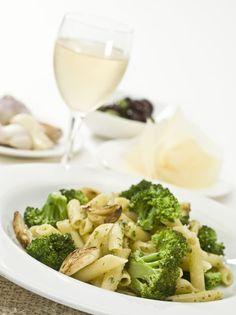 Pastele sunt delicioase si usor de preparat. Aceasta reteta de pastre cu broccoli cred este una dintre cele mai simple, sanatoase si rapide. Doar cu cateva ingrediente, poti prepara un fel de mancare delicios, in