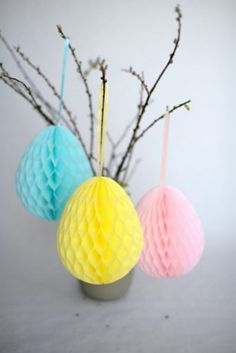 Tissue paper egg decorating – DIY in 2020 Honeycomb Decorations, Easter Table Decorations, Ball Decorations, Easter Decor, Table Centerpieces, Easy Easter Crafts, Crafts For Kids, Honeycomb Paper, Collage