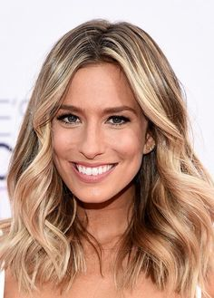 People's Choice Awards 2015 Hairstyles: Renee Bargh Beachy Waves  #hairstyles #hair