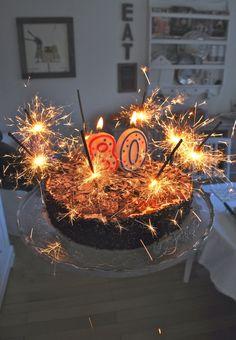 Heute darf mein Papa seinen 80. Geburtstag feiern. Dazu haben wir für ihn den Tisch fröhlich bunt gedeckt - mit Primeln, selbst gegossen...