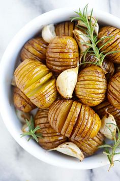 Balsamic Roasted Potatoes - crazy delicious hasselback roasted potatoes with honey balsamic and garlic. Best potato side dish ever! Honey Recipes, Side Recipes, Easy Recipes, Easy Family Meals, Quick Easy Meals, Potato Side Dishes, Roasted Potatoes, I Love Food, Delish