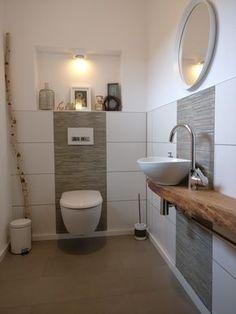Wir sind sehr stolz auf unser kleines Gäste WC, das mein Mann gefliest und ich verfugt habe. Vor allem auf die eigens angefertigte Konsole für das Aufsatzwaschbecken aus einer Eichenbohle. Zu der Nische in der Wand haben wir uns noch Knall auf Fall einen Tag bevor die Verputzer kamen entschieden. D.h. ich habe entschieden und mein Mann musste es ausbaden :wink